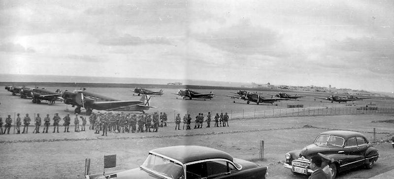 Escuadrón de Junkers 52 dispuestos para el transporte de las tropas paracaidistas en el aeródromos de Sidi Ifni en 1958.